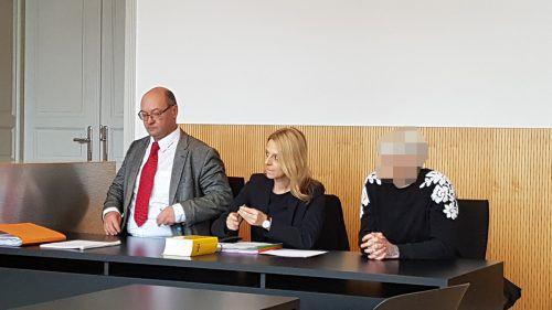 Die Angeklagte (rechts) mit ihrer Verteidigerin Andrea Concin und Martin Kloser, dem Anwalt ihres Mannes. EC