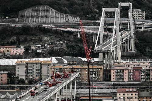 Die Brücke ist auf einem etwa 100 Meter langen Abschnitt eingestürzt. AFP