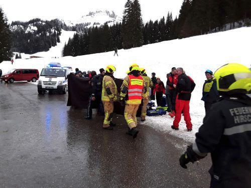 Die Einsatzkräfte am Unfallort auf dem Parkplatz des Ifen-Skigebiets. feuerwehr Hirschegg