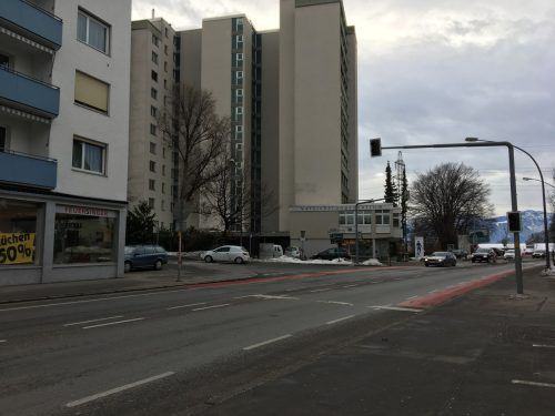 Die Kreuzung beim Joka-Hochhaus (hinten im Bild) soll durch den Bau der Weidachspange entschärft werden. Vol.at/Rauch