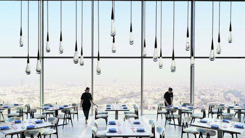 """Die kunstvolle Lichtinstallation """"Teadrop"""" ist im Hotel Four Seasons in Kuwait zu sehen. Handout DHLiberty"""