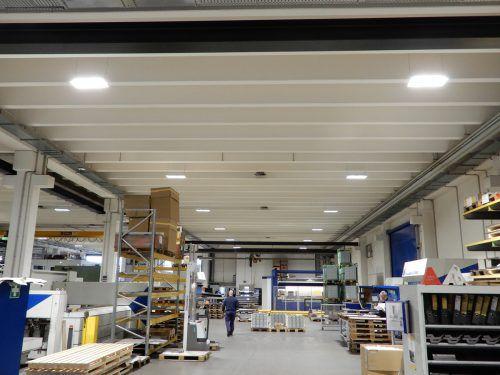 Die neue Lichtanlage bei Salzmann Formblechtechnik ermöglicht auch nachts angenehmes Arbeiten bei tageslichtähnlichem Licht. vkw