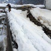 Schnee bringt Dach zum Bersten