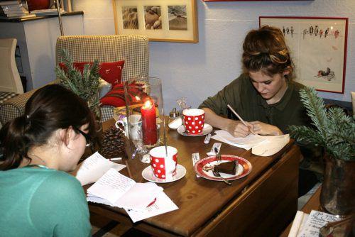 Die Teilnehmerinnen der Frauenschreibwerkstatt entdecken als Kaffeehausliteratinnen das Schreiben neu. Brandt