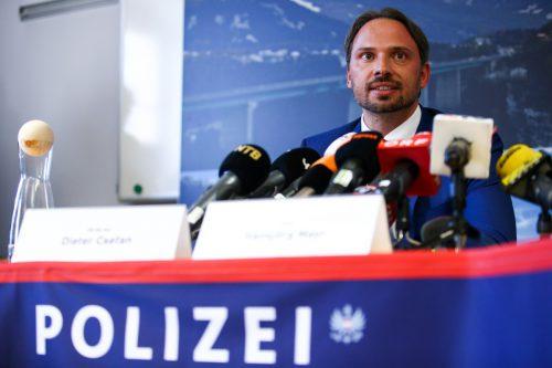 Dieter Csefan vom Bundeskriminalamt steht Rede und Antwort.APA