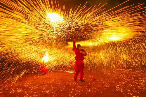 Ein Künstler lässt beim chinesischen Laternenfestival in Luzhou in der Provinz Sichuan nachts die Sonne aufgehen.