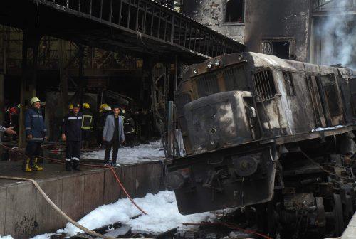 Ein Zug ist mit voller Geschwindigkeit gegen die Prellböcke am Ende der Schienen gerast und hat Feuer gefangen. AFP