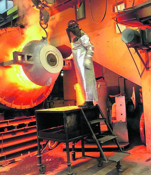 """Es ist soweit: Die """"Glockenspeise"""" hat die zum Gießen richtige Temperatur von 1100 Grad Celsius erreicht.Rhea Sourmeli"""