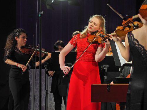 Esperanza-Konzertmeisterin Chouchane Siranossian mit der jungen Niederländerin Charlotte Spruit. Voith