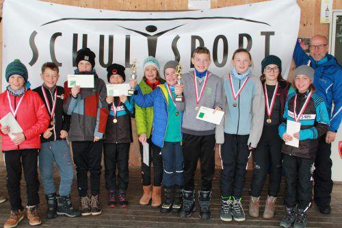 Fachinspektor Conny Berchtold (r.) gratuliert den Mädchen und Burschen der NMS Bezau zur Qualifikation für die Langlauf-Bundesmeisterschaft in Salzburg.wam