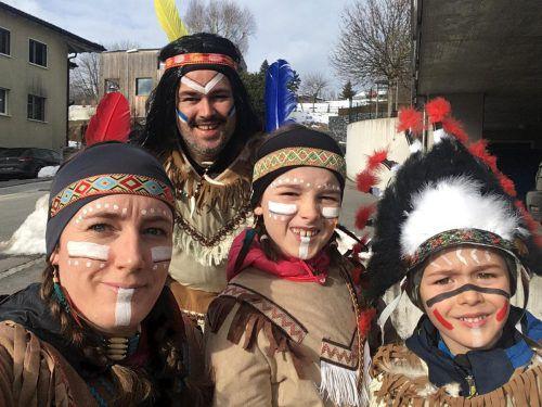 Familie Schädler aus Eschen stürzte sich als Indianer verkleidet ins närrische Treiben und hat uns diesen Schnappschuss geschickt.