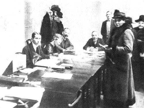 Eine Wählerin gibtim Februar 1919 in einem Wahllokal im vierten Wiener Bezirk ihre Stimme ab. ONB/ANNO Wiener Bilder 23.02.1919, Seite 8