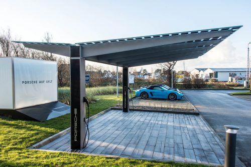 Gemeinsam mit einem Stuttgarter Designbüro realisierte I+R Energie in 15 Monaten Entwicklungszeit einen Photovoltaik-Carport. Porsche