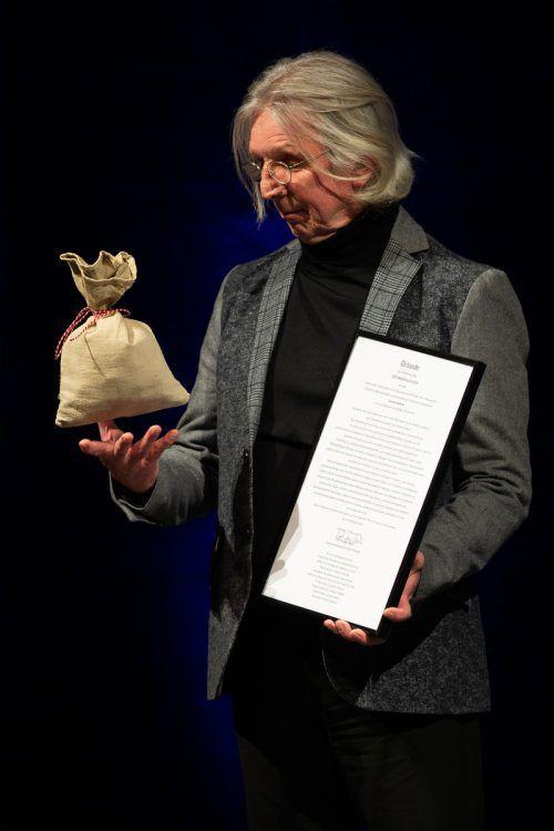 Gerhard Haderer mit der Urkunde und dem Geldsack mit 3333 Euro. dpa