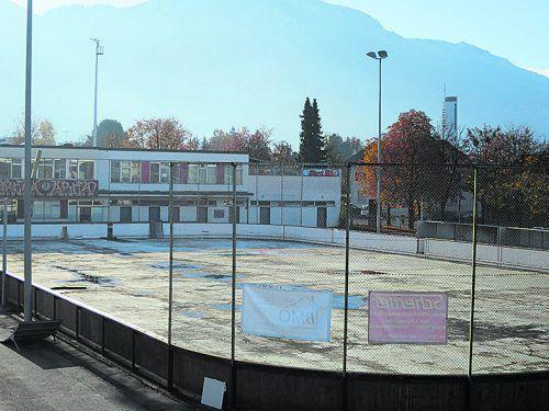 """Geschlossener Eislaufplatz mit """"Arena Höchsterstraße"""". HA"""