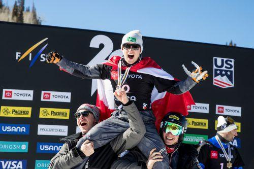 Hanno Douschan und seine Silbermedaille werden von Lukas Pachner (l.) und Alessandro Hämmerle gefeiert.gepa