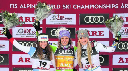 Ilka Stuhec, Corinne Suter (l.) und Lindsey Vonn räumten in der WM-Abfahrt den Medaillensatz ab. apa