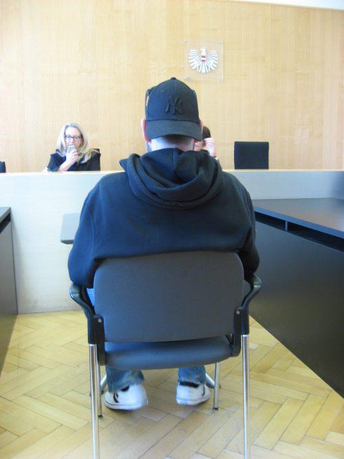 Im Gegensatz zu seinem Verhalten zum Tatzeitpunkt zeigte sich der Angeklagte vor Gericht äußerst höflich.Eckert