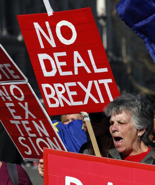 """Im Parlament in London wird über eine Brexit-Verschiebung debattiert, davor demonstrieren Brexit-Befürworter für einen """"No-Deal-EU-Austritt"""".ap"""
