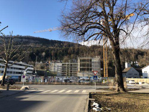 Im Tostner Zentrum entstehen 64 Wohnungen. Außerdem werden Räumlichkeiten für eine Apotheke freigehalten.VN/Schweigkofler