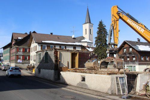 """In diesen Tagen wurde das ehemalige Gasthaus """"Kreuz"""" in Alberschwende abgerissen."""