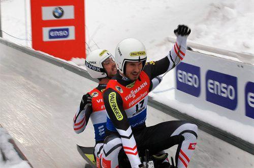 Jubel beim Bludenzer Thomas Steu (vorne) nach der Zielankunft über den Sieg beim Rodelweltcup in Altenberg.ÖRV