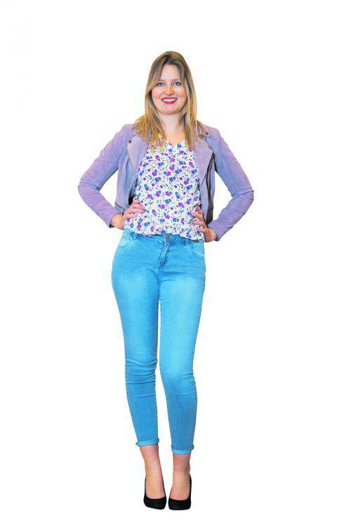 Juliane aus Hohenems trifft mit ihrem Frühlings-Outfit voll ins Schwarze. Sie trägt ein Top mit Blumenprint (9,99), eine Jeans (19 Euro) sowie einen Blazer (69,90 Euro); alles von C&A in Dornbirn.               VN/Steurer