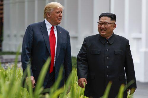 Kim Jong-Un und Donald Trump kamen sich bei ihrem ersten Treffen in Singapur nahe.ap