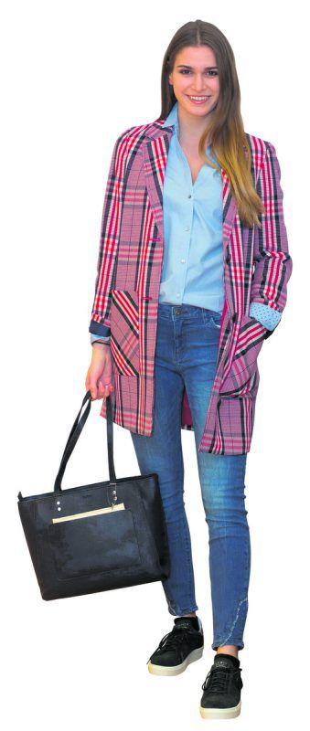 Lässiger Look             Daria, die amtierende Miss Vorarlberg, in einem coolen Outfit von Esprit in Schwarzach: Bluse (39,99 Euro), Jeans (39,99 Euro), Mantel (119,99 Euro), Tasche (69,99 Euro) und Sneaker (69,99 Euro). VN/Paulitsch