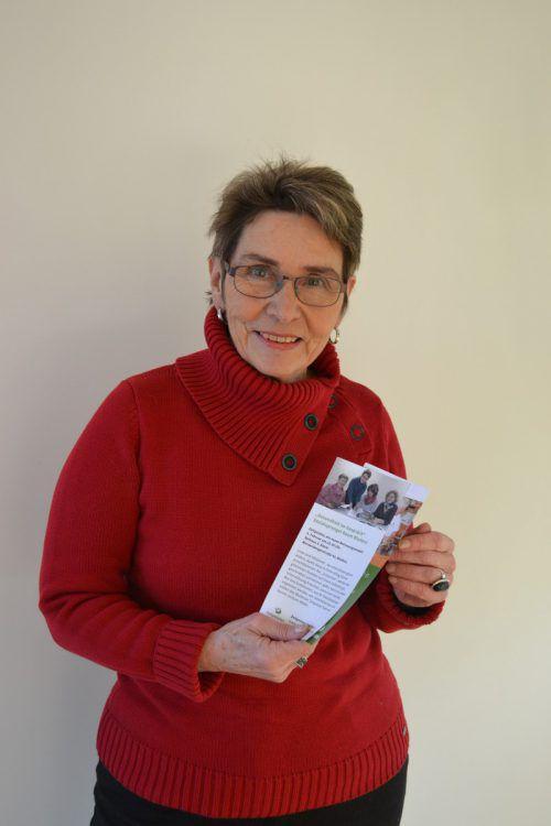 Marlies Mair mit einer aktuellen Zeitpolster-Broschüre. bi