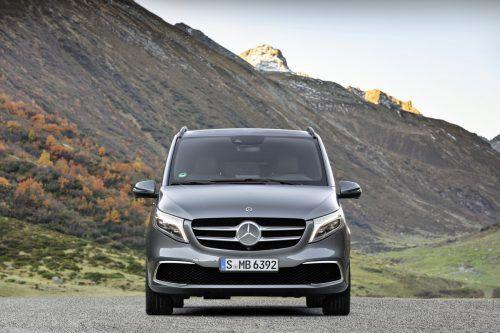 Mercedes-Benz hat die V-Klasse überarbeitet. Die Großraumlimousine erhält eine neue Frontpartie und der bisherige Diesel wird durch einen moderneren Vierzylinder in verschiedenen Leistungsstufen ersetzt. Auch eine Elektroversion ist angekündigt. Premiere feiert der Kleinbus auf dem Genfer Salon (7. bis 17. März), zeitgleich öffnen die Bestelllisten.