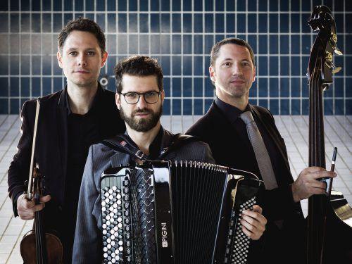 """Mit dem neuen Album """"Palermo"""" werden die Besucher des heutigen Konzertabends des Trios folksmilch auf eine Reise durch die vielen Musikrichtungen der Welt eingeladen.LUCIJA NOVAK"""