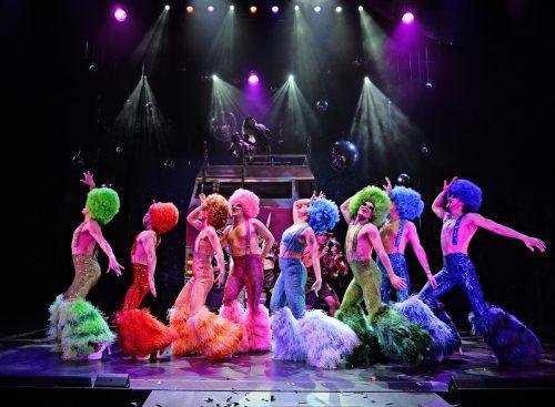 Neben der bunten Show kommen auch die intimen privaten Geschichten in dieser Musical-Inszenierung nicht zu kurz. theater/etter