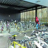 Land sattelt beim Fahrradparken kräftig drauf