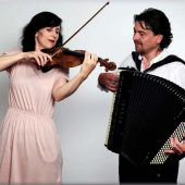 Akkordeon und Violine in der Kirche
