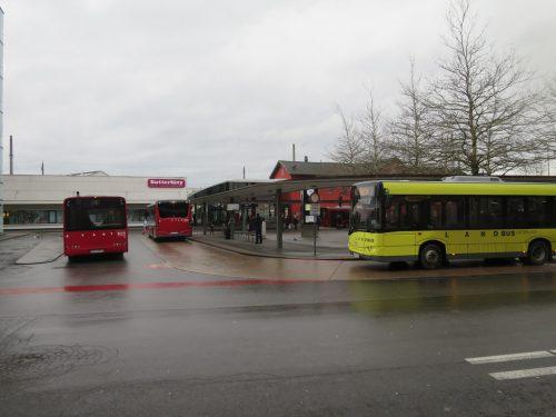 Noch dieses Jahr soll am Busbahnhof mehr Platz für Stadt- und Landbusse geschaffen werden.rha