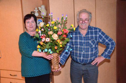 Otmar ist immer mit einem Blumenstrauß parat. Seine Frau Monika freut sich über das immer blühende Unikat. DOB