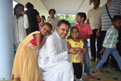 Pater Alwin Mascarenhas wird das Projekt vorstellen.eh