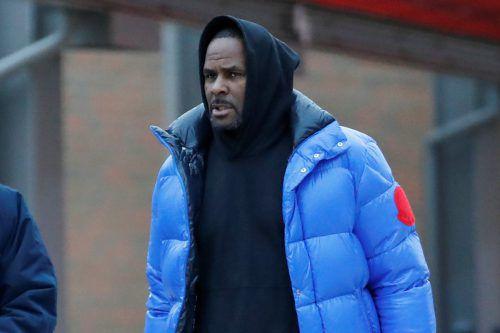 R. Kelly, wie er am Montag das Gefängnis verlässt. Reuters