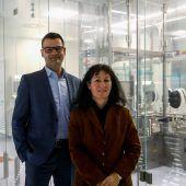 """<p class=""""caption"""">Reinhold Elsässer und Margit Klotz leiten die Geschicke bei Rentschler Fill Solutions, Experte für die Produktion von kleinen bis mittelgroßen Chargen mit bis zu 60.000 Vials (Injektionsfläschchen). VN/Paulitsch</p>"""