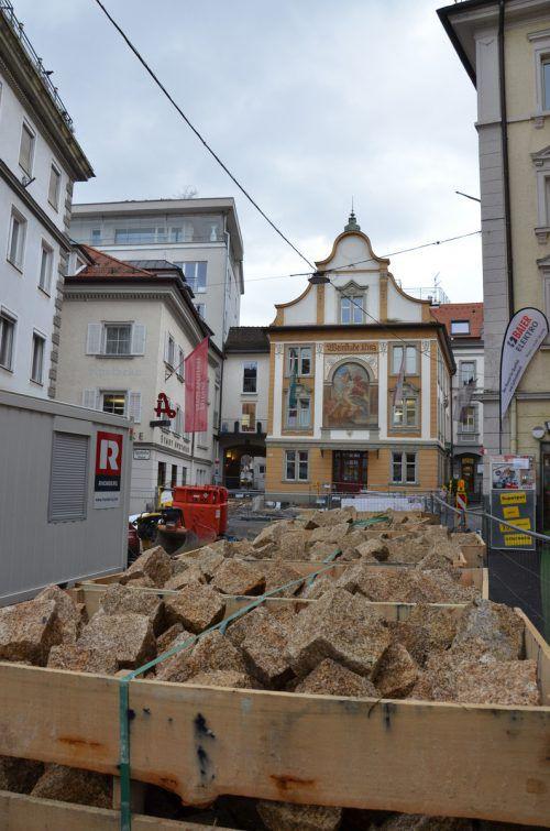 Gelbes Pflaster für die Kirchstraße in Bregenz: Die Geschichte von Ulrike Längle lag in der Tat zu Weihnachten vor und erweist sich angesichts der Tatsachen als faschingstauglich. VN