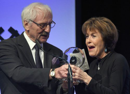 """Schauspielkollege Günther Maria Halmer überreichte Thekla Carola Wied den Preis in der Kategorie """"Film"""" bei der Verleihung der """"Steiger Awards"""" 2017. DPA"""