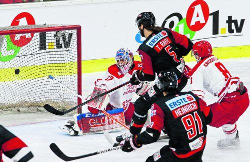 Thomas Raffl schiebt den Puck an Dänemarks Tormann Sebastian Dahm vorbei, bringt Österreichs Nationalteam gegen Dänemark mit 1:0 in Führung.gepa