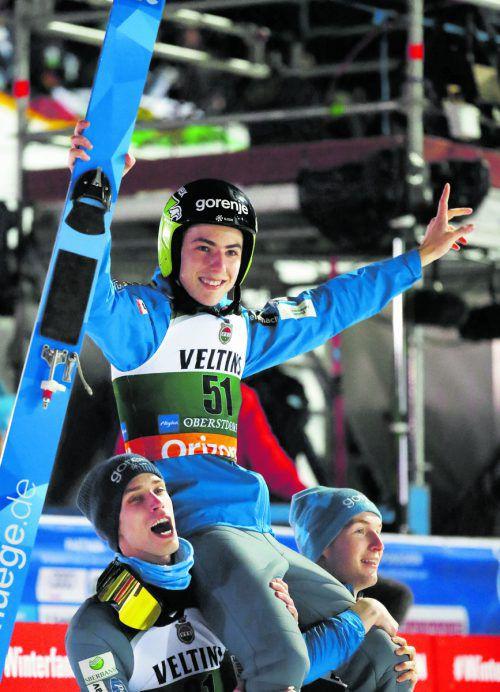Timi Zajc wird für seinen ersten Weltcupsieg gefeiert.ap