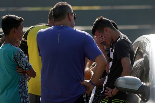 Trauer bei den Angehörigen. Im Feuer kamen zehn Menschen ums Leben. Reuters