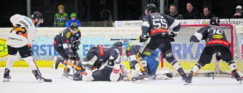 Turbulente Szenen vor dem Dornbirn-Tor. Bulldogs-Torhüter Juhana Aho und seine Vorderleute haben gegen die Grazer alle Hände voll zu tun. steurer