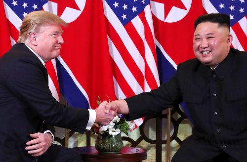 "US-Präsident Donald Trump und Nordkoreas Staatschef Kim Jong-un begrüßen sich in Hanois Hotel ""Metropole"". reuters"
