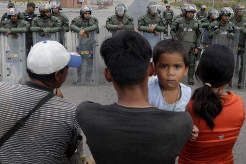 Venezolanische Nationalgardisten bewachen die Grenze zu Brasilien. Niemand darf auf die andere Seite. reuters