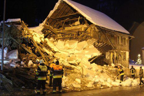 Von der Hälfte des unbewohnten Gebäudes blieben nur noch Trümmer. vol.at/Rauch