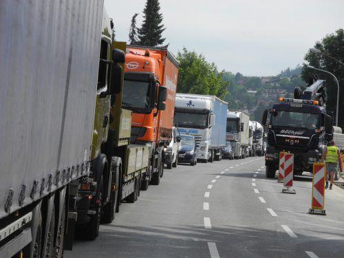 """Vor dem Grenzübergang Tisis-Schaanwald stauen sichLkw. Sie blockieren die Straße. """"Das stört massiv"""", sagt Rüdisser.VN"""